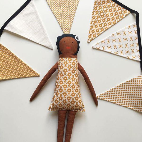 Guirlande de fanions assortie à la poupée Aretha à coudre